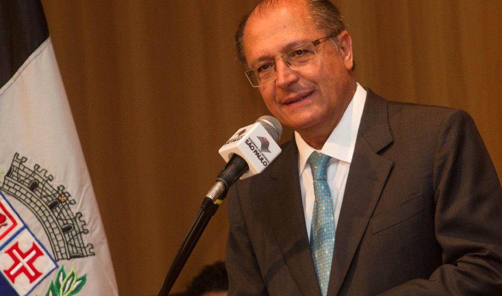 """O governador Geraldo Alckmin (PSDB-SP) destoou do seu partido e defendeu nesta segunda (14) que o recesso parlamentar não ocorra para que o processo de impeachment da presidente Dilma Rousseff seja resolvido """"rapidamente""""; """"O correto é decidir rapidamente. Seja para um lado, seja para outro. Mas decidir. A pior coisa é arrastar esse processo com as suas consequências políticas e econômicas"""", ressaltou; ele voltou a dizer que há razões para o impeachment; """"Existem razões para ser apresentado o pedido de impeachment? Sim, existem razões. Sejam de natureza jurídica, lei de responsabilidade fiscal"""", argumentou"""