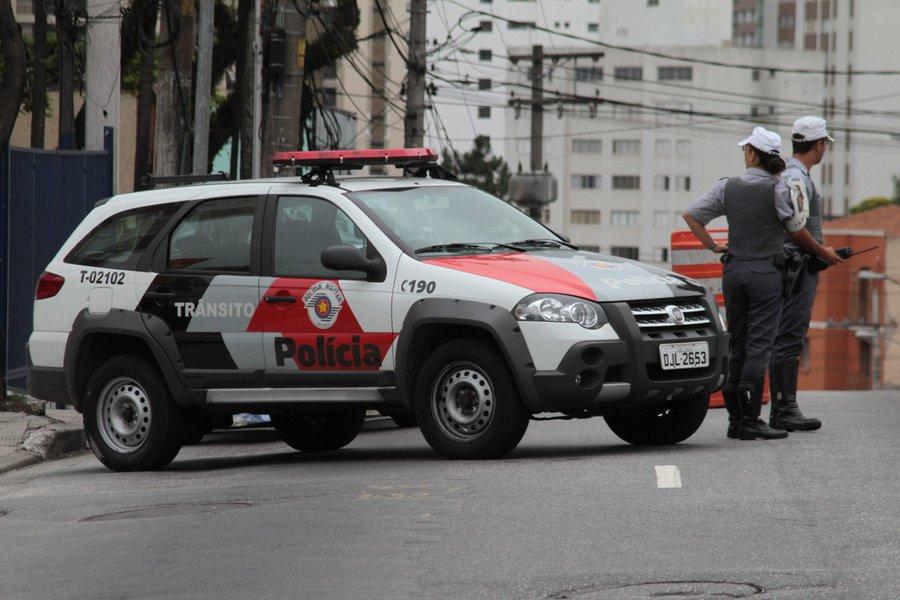 Dados da 9ª edição do Anuário de Segurança Pública, que será lançado na próxima semana pelo Fórum Brasileiro de Segurança Pública, revelam que policiais civis e militares mataram pelo menos 3.022 pessoas no Brasil em 2014, uma média de oito por dia; essas mortes por policiais em 2014 representam crescimento de 37% em relação a 2013, puxado principalmente pelo avanço da letalidade em SP (57,2%) e Rio (40,4%); e em 2015 as taxas continuam em alta nesses dois estados