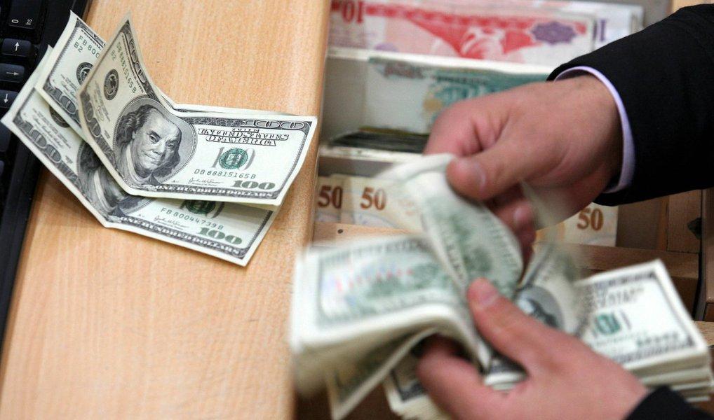 Dólar comercial abriu em queda nesta quarta-feira, 23, mas inverteu o sinal ainda no início das negociações; às 13h13, a moeda subia 1,95% e era negociada a R$ 4,129; na máxima, a moeda bateu os R$ 4,144 (alta de 2,32%), em novo recorde desde a criação do real; para conter a escalada do dólar, o Banco Central vendeu 4,4 mil contratos de swap que vencem em 1º de setembro do ano que vem; já o Ibovespa registrava às 13h29 perdas de 1,21%, a 45.706 pontos
