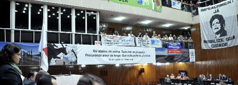 O Projeto de Lei que prevê o aumento da alíquota do ICMS em 2% foi aprovado em 1º turno na Assembleia de Minas; em uma votação apertada, com 35 votos favoráveis ao projeto contra 28 contrários, o projeto encaminhado pelo governador Fernando Pimentel teve 26 destaques, também votados de acordo com a vontade do Governo