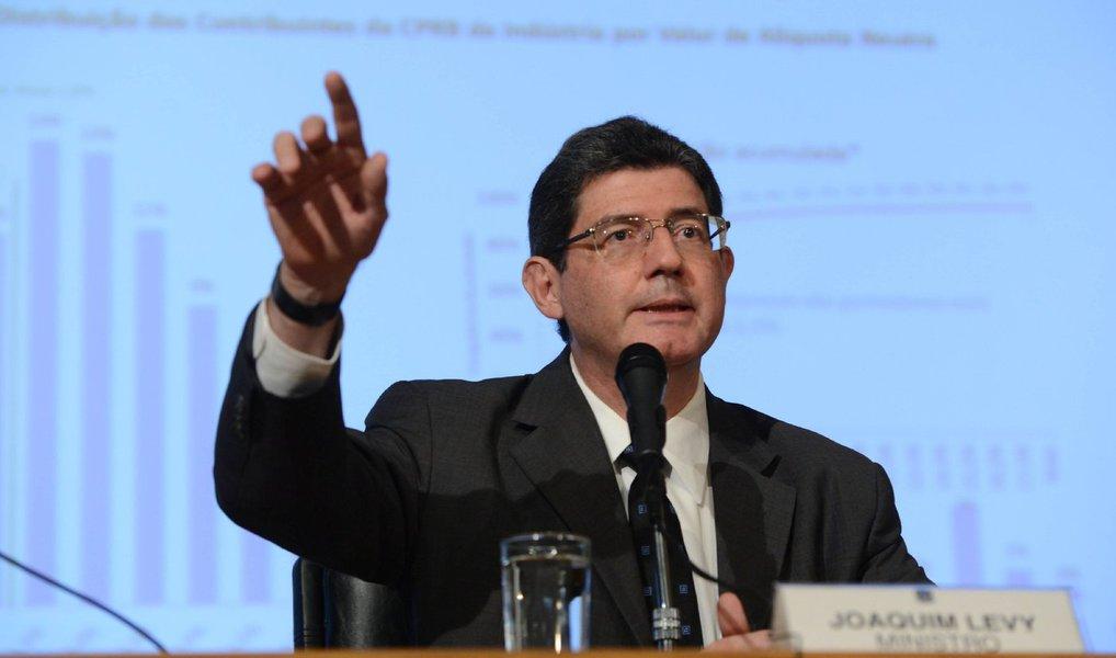 """Ministro da Fazenda, Joaquim Levy, afirmou nesta terça-feira, 27, que o déficit primário deste ano deve ser da ordem de 1 por cento do Produto Interno Bruto (PIB), sem especificar se o número inclui as pedaladas fiscais ou não; questionado por jornalistas em São Paulo sobre o tamanho do déficit deste ano, Levy afirmou que """"o que a gente tem é que o déficit deve ser da ordem de 1 por cento do PIB""""; relator do projeto de lei que altera a meta de 2015, deputado Hugo Leal (Pros-RJ), disse que o governo vai reconhecer que terá déficit primário de R$ 51,8 bilhões em 2015, sem contar as chamadas """"pedaladas fiscais"""""""
