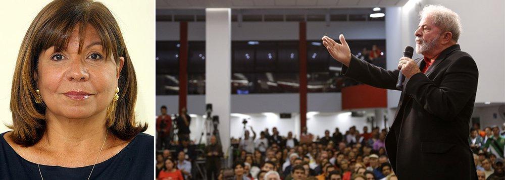 """Para Dora Kramer, o ex-presidente Lula """"foi o primeiro a acreditar que a compra de apoios no varejo poderia substituir a política""""; """"Resultado: os petistas estão hoje inteiramente nas mãos do PMDB"""", diz; segundo ela, """"já não depende da atuação do incrivelmente competente articulador – um mito, cujos pés, como se vê, exibem consistência arenosa. Depende, sobretudo, daquilo que o PMDB vai querer"""""""