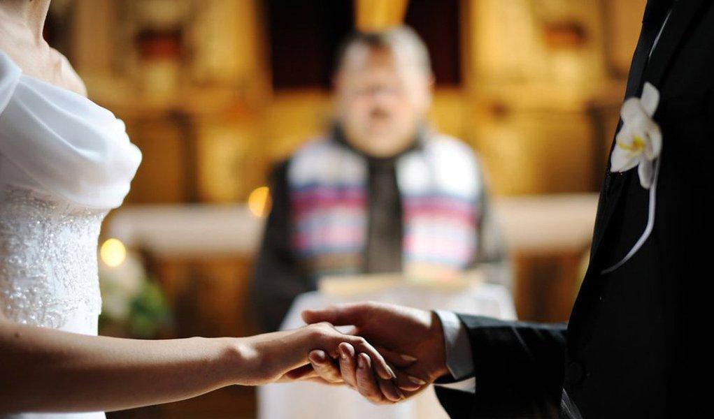 Brasil registrou 1,1 milhão de casamentos entre cônjuges dos gêneros masculino e feminino em 2014, segundo dados da pesquisa Estatísticas do Registro Civil 2014, realizada pelo Instituto Brasileiro de Geografia e Estatística (IBGE); número é 37,1% maior que o total registrado em 1974, data da primeira pesquisa feita pelo IBGE