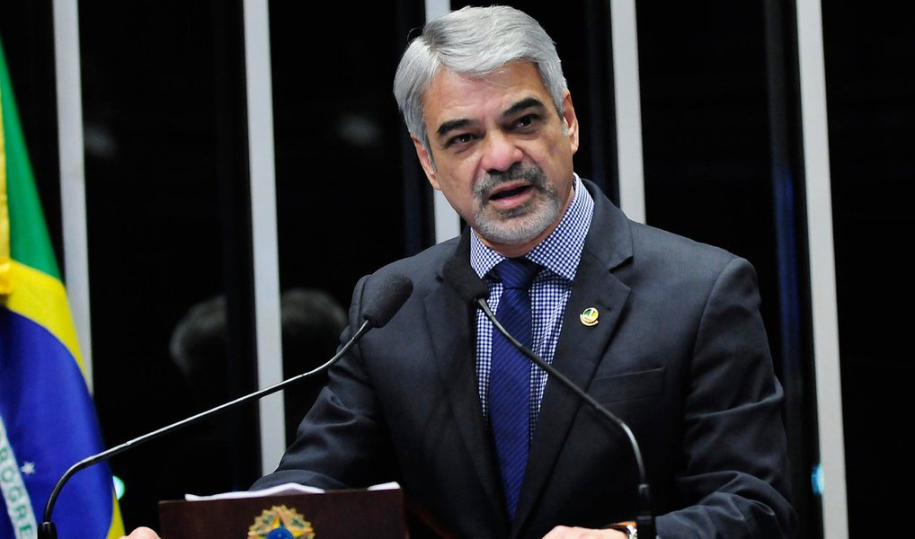 """Líder do PT no Senado, Humberto Costa (PE), disse que a carta do vice-presidente da República, Michel Temer, que foi entregue à presidenta Dilma Rousseff, deve ser vista como um """"desabafo de ordem pessoal, que não compromete as relações institucionais republicanas""""; """"Ele é um democrata de larga tradição e sabe, assim como todos nós, que o momento é de nós baixarmos a temperatura"""", completou; para o senador, """"não é hora de colocar """"lenha na fogueira"""", mas de trabalhar para restaurar a tranquilidade política"""", afirmou"""