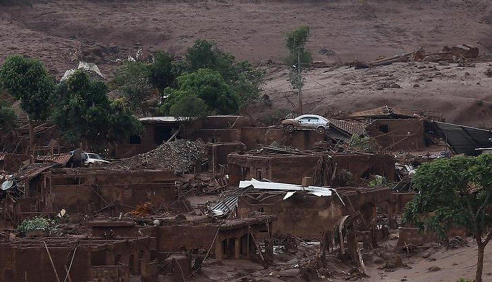 Torrente de lama de barragens da Samarco destrói distrito de Bento Rodrigues (MG).