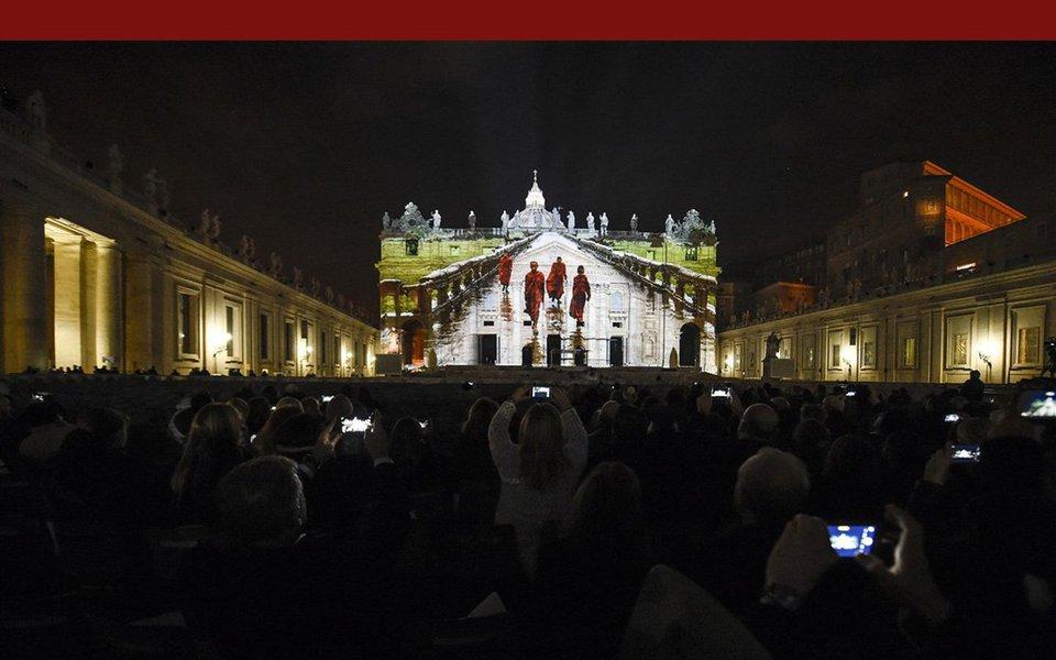 Na noite de 8 de dezembro, em Roma, um mega show multimídia, cheio de som, música, luzes, fotos e vídeos, foi projetado na fachada e na cúpula da Basílica Vaticana de São Pedro. O espetáculo teve de ser repetido duas vezes, tamanha foi a comoção e entusiasmo que despertou. Veja aqui galeria de fotos e o vídeo completo do Fiat Lux