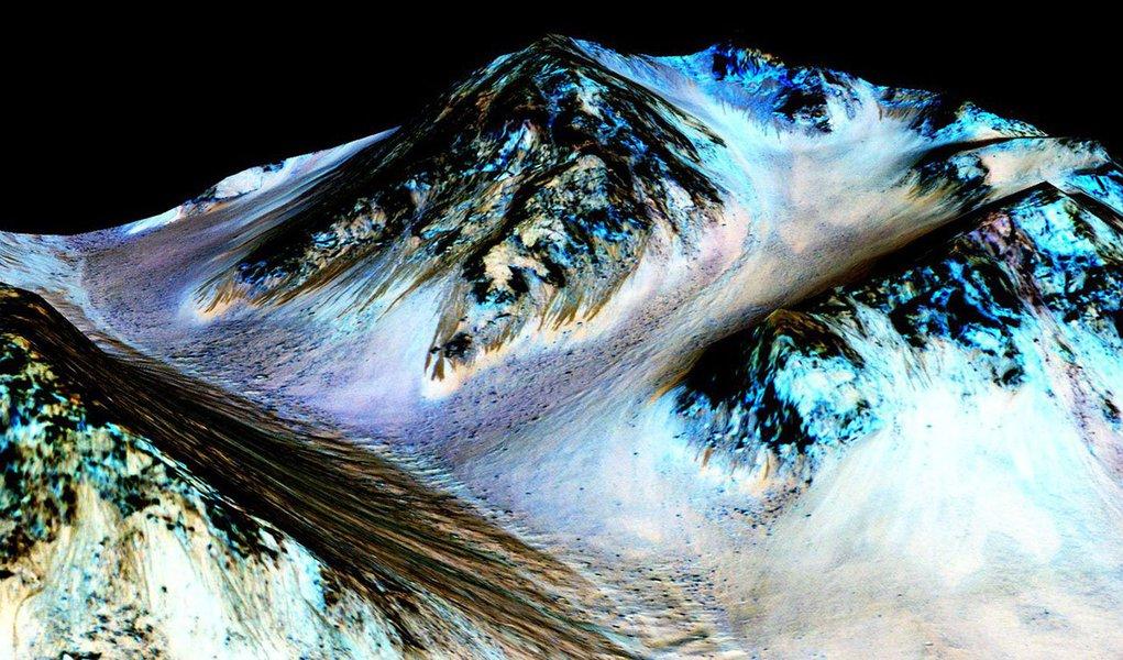 Cientistas encontraram a primeira evidência de que água salgada pode correr na superfície de Marte durante os meses do verão no planeta, anunciou a Nasa; apesar de a fonte da água ser desconhecida, a descoberta pode influenciar os estudos sobre a possibilidade de presença de vida microbiótica no planeta