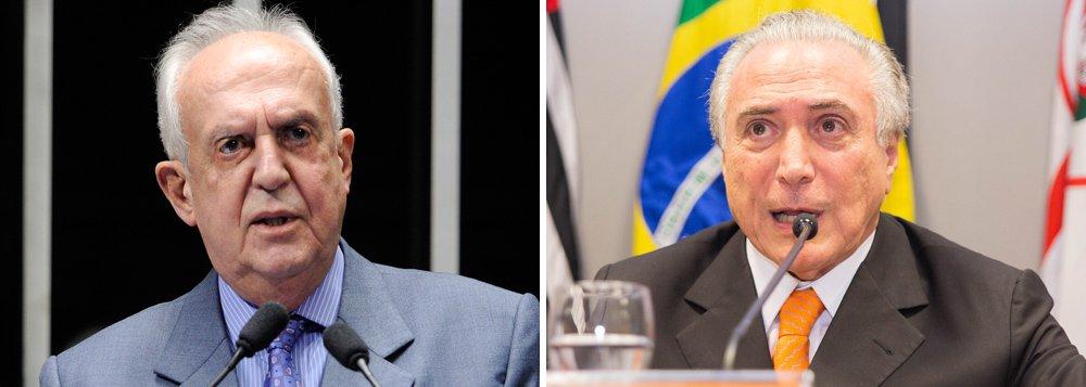 """Deputado federal Jarbas Vasconcelos (PMDB-PE) disse ter aconselhado o vice-presidente da República, Michel Temer, a se afastar do presidente da Câmara e se """"cercar de pessoas de bem""""; declaração decorre da possibilidade do processo de impeachment da presidente Dilma Rousseff avançar e ele vir a assumir a chefia do Executivo Federal; """"Se Temer estiver fazendo aliança com Cunha esse é um caminho equivocado. Não se faz aliança com chantagista. Acho que ele (Temer) tem que se preparar e se cercar de pessoas de bem, de todos os partidos, porque a renúncia ou impeachment vai recair nele. Ele vai assumir e a travessia deve ser longa, de três anos"""", cravou"""