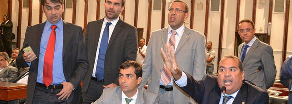 A Mesa Diretora da Assembleia Legislativa da Bahia (ALBA) acatou nesta segunda-feira pedido da bancada de oposição para anular a sessão conjunta das comissões que aprovou a PEC 148 que modifica o regime trabalhista do funcionalismo estadual e o Plano Plurianual Participativo (PPA); o pedido foi protocolado pelo líder da minoria, deputado Sandro Régis, do DEM; os oposicionistas argumentam que a reunião 'não observou a aplicação do regimento interno da Casa' e apontaram 'irregularidades como a não verificação de quórum no âmbito das três comissões', mesmo tendo sido requerido