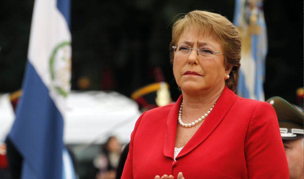 """Presidente chilena, Michelle Bachelet, disse ter adotado um novo slogan para lhe dar forças enquanto seu país enfrenta um desastre natural após o outro: """"cada dia pode ser pior""""; """"Praticamente inventei um slogan: 'cada dia pode ser pior'"""", afirmou; desde que reassumiu a presidência do país em 2014, Bachelet já teve que enfrentar duas erupções vulcânicas, inundações, incêndios, tsunamis e terremotos, sendo que o último deles aconteceu na semana passada"""