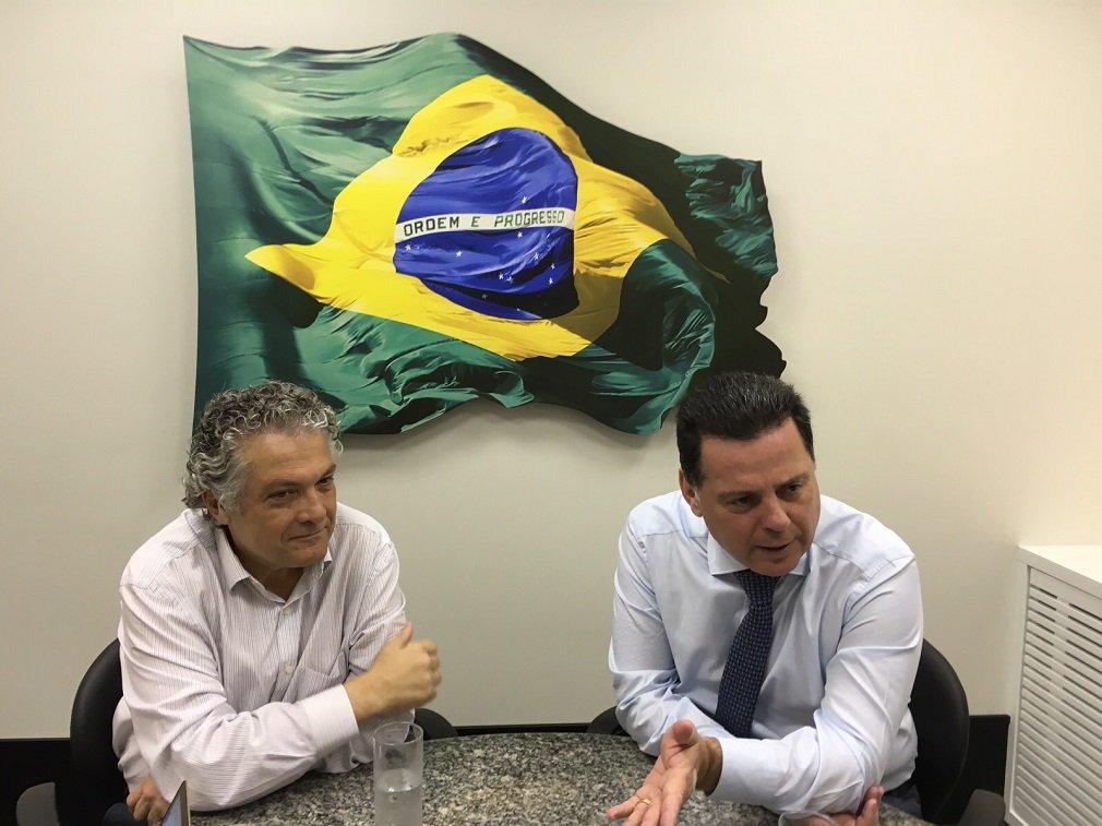 """Governador reforçou nesta quinta-feira o objetivo de melhor a educação de Goiás com a adoção do sistema de gerência por Organizações Sociais; Marconi falou do tema ao participar de mais um hangout com internautas, acompanhado dosecretário de Ações Estratégicas da Secretaria de Assuntos Estratégicos da Presidência da República (SAE), Ricardo Paes de Barros; """"Estamos inquietos para buscar as melhores orientações, participação dos professores, dos pais, em busca de ferramentas que nos ajudem a alavancar mais ainda o ensino, sair do padrão do decoreba, ir à luta, estudar""""; Marconi revelou que o governador Geraldo Alckmin, pediu informações sobre o modelo por OS nas escolas e tem interesse em implementá-lo em São Paulo"""