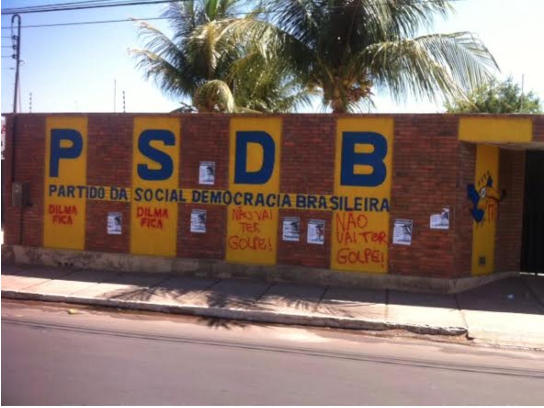 """A sede do PSDB de Juazeiro do Norte, na região do Cariri, foi pichada na madrugada desta sexta-feira (11), com os dizeres """"Dilma Fica"""" e """"Não vai ter golpe"""", informou o presidente regional da legenda, Luiz Pontes. O partido registrou boletim de ocorrência na delegacia municipal. Também de ontem para hoje, a sede do PT Ceará, em Fortaleza, foi alvo de vandalismo semelhante"""