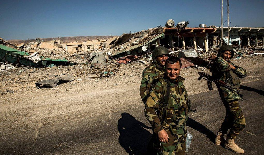 Os Estados Unidos e aliados conduziram 17 ataques aéreos contra o Estado Islâmico no Iraque e 12 na Síria nesse sábado (5), disse a coalizão que lidera as operações em um comunicado; no Iraque, os ataques aéreos focaram nos redutos dos militantes, Mosul e Ramadi, onde foram realizadas, respectivamente, quatro e cinco operações que atingiram unidades táticas, armas e prédios, disse a coalizão, neste domingo (6)