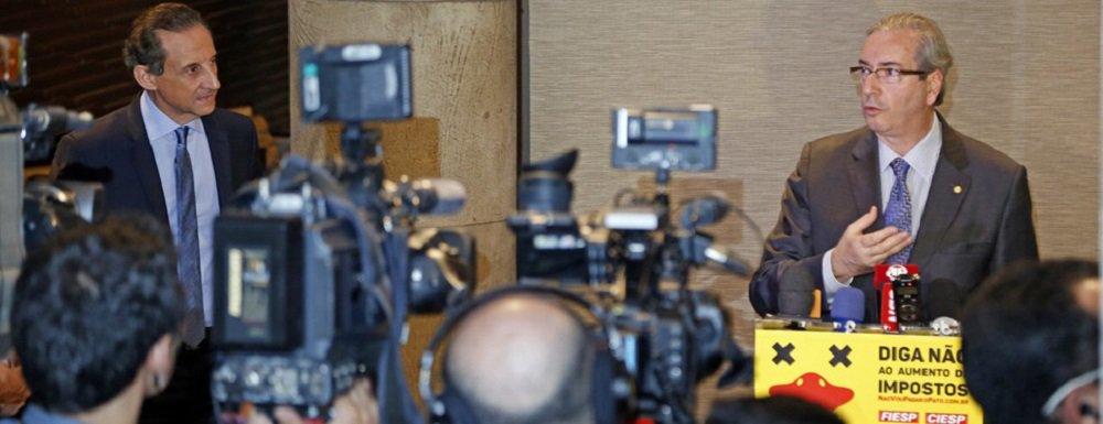 """Visivelmente irritado com a aproximação do PMDB da Câmara ao governo, o presidente do parlamento, Eduardo Cunha (RJ), tem feito críticas recorrentes ao esforço da presidente Dilma Rousseff de aglutinar apoio no Congresso; em jantar com empresários promovido pelo presidente da Fiesp, Paulo Skaf, seu aliado, Cunha argumentou que o foco do governo está """"errado"""" na reforma ministerial; """"O que a gente defende é a redução do número de ministérios. Quem defende redução do número de ministérios tem também que reduzir os seus próprios"""", disse"""