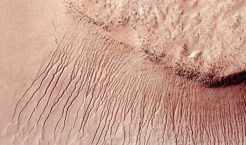 """""""Isso sugere que seria possível para a vida estar em Marte hoje"""", disse John Grunsfeld, administrador associado da Nasa para as ciências, a jornalistas ao discutir o estudo publicado na revista científica Nature Geoscience; """"Marte não é o planeta seco e árido que nós pensávamos no passado. Sob certas circunstâncias, a água líquida é encontrada em Marte"""", disse Jim Green, diretor da agência para ciência planetária"""