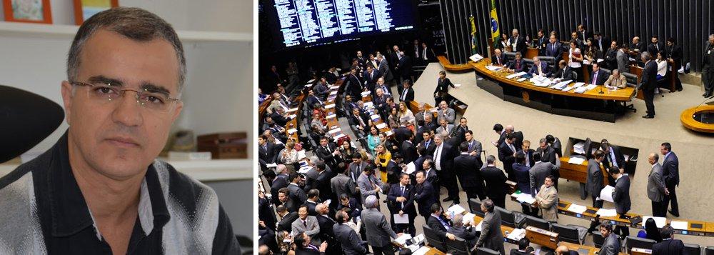 """Jornalista Kennedy Alencar disse nesta quinta-feira, 24, que a reforma ministerial que a presidente Dilma Rousseff está negociando precisa garantir pelo menos 260 votos na Câmara; """"Areforma ministerial exige a obtenção de cerca de 260 votos na Câmara, o que seria um número suficiente para matar a estratégia da oposição para viabilizar o impeachment a partir da votação de um recurso contra eventual negativa do presidente da Câmara"""", afirma Kennedy, sobre o rito do golpe desenhado por Eduardo Cunha"""