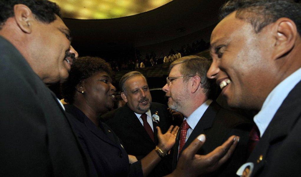 """Líder do PT na Câmara, Sibá Machado, disse que bancada vai entrar """"em peso"""" na manifestação convocada pelas centrais sindicais contra o impeachment:""""Na nossa avaliação, o povo não está concordando com o que está acontecendo. Fazer um impeachment eminentemente político porque não gosta de uma governante? Isso vai virar moda no Brasil?"""", disse;""""Tem uma mobilização grande de juristas, artistas e da igreja se posicionando contra o impeachment. É uma parte da sociedade que, mesmo não estando satisfeita com o governo, não é favorável a uma ruptura dessa"""", afirmou o deputado Marco Maia"""
