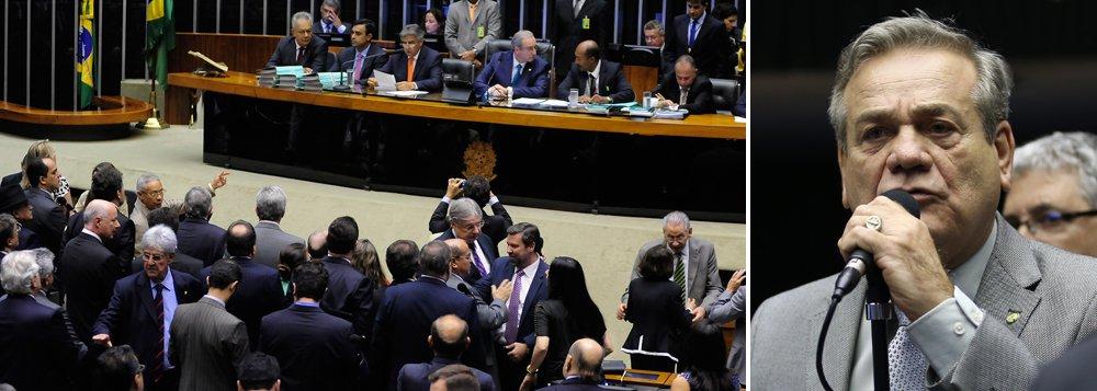 Líder da bancada federal de Alagoas em Brasília, o deputado federal Ronaldo Lessa (PDT-AL) diz que há um temor de que, se o processo de impeachment da presidente Dilma for conduzido sem o cuidado necessário, a credibilidade da democracia seja colocada em xeque; ele avalia que o pedido contra a presidente não tem base legal; Lessa acredita que, enquanto perdurar o processo, os brasileiros vão vivenciar um período de tensão e que Brasília será palco de uma verdadeira guerra