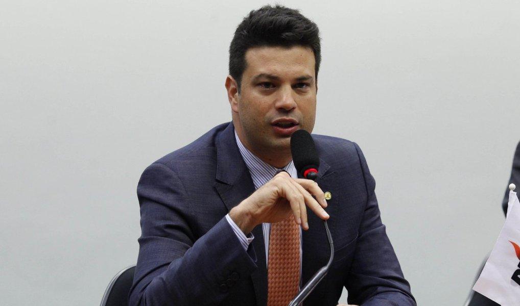 Líder do PMDB na Câmara, deputado federal Leonardo Picciani (RJ), entregou à presidente Dilma Rousseff a lista com os nomes escolhidos pelo partido para ocupar os ministérios da Saúde e da Infraestrutura (resultado da fusão das pastas da Aviação Civil e Portos) na reforma administrativa que o governo está implementando; nomes escolhidos para ocupar a pasta de Infraestrutura são os de José Priante (PA), Mauro Lopes (MG), Celso Pansera (RJ) e Newton Cardoso Júnior (MG). Para o comando do Ministério da Saúde, os peemedebistas indicaram Manoel Júnior (PB) e Marcelo Castro (PI). Uma outra indicação, a de Saraiva Felipe (MG), teria sido vetada pela presidente Dilma; Senado deve manter Kátia Abreu à frente do Ministério da Agricultura, além de Eduardo Braga (Minas e Energia)