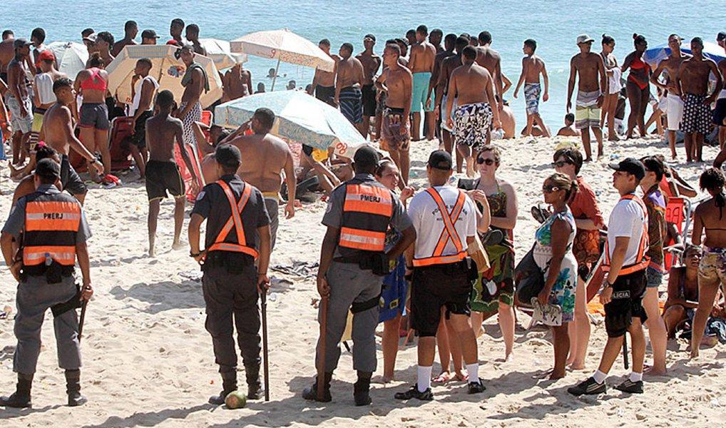 A Operação Verão nas praias do Rio foi antecipada para este fim de semana terá a participação de 700 policiais militares de vários batalhões e o apoio de uma unidade de comando móvel que ficará na Praia do Arpoador, em Ipanema; ela receberá, em tempo real, imagens transmitidas pelo helicóptero do Grupamento Aeromóvel a fim de agilizar o deslocamento das viaturas policiais para os locais das ocorrências; o helicóptero cobrirá desde a Praia de Botafogo, na zona sul, até a Praia do Recreio dos Bandeirantes, na zona oeste