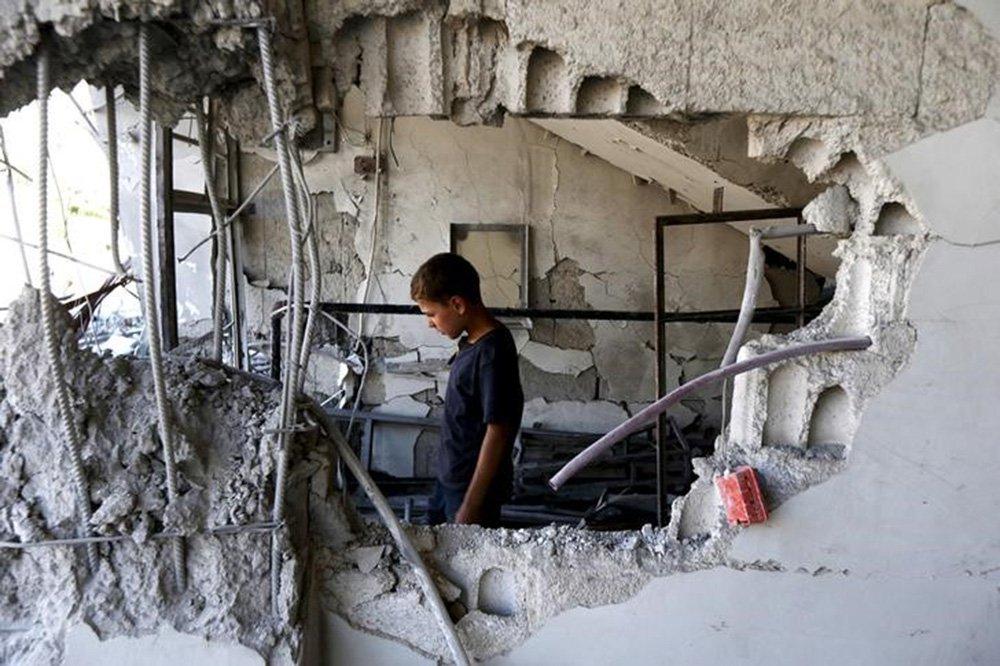 Criança em prédio danificado na cidade de Arbin, na Síria. 21/07/2015 REUTERS/Bassam Khabieh
