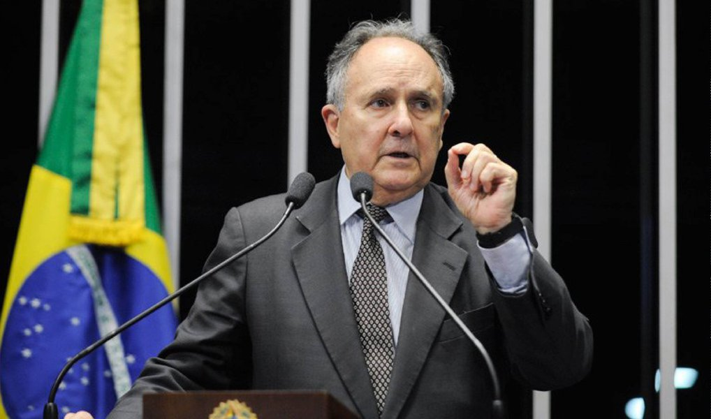 """Para o senador, está cada dia mais difícil acreditar que a presidente Dilma Rousseff vai reerguer seu governo e terminar o mandato; """"É lamentável, mas eu começo a achar que a gente precisa se preparar para isso. Porque a presidente não parece ter o interesse necessário em fazer os gestos, as ações que tragam para ela a necessária credibilidade"""", discursou Cristovam Buarque (PDT-DF) em plenário"""