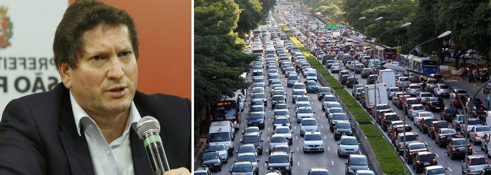 """Fiscalização de trânsito na cidade de São Paulo deverá apertar o cerco aos motoristas que são infratores contumazes; segundo o secretário municipal de Transportes, Jilmar Tatto, 70% dos motoristas da capital não têm nenhuma multa, mas 5% são responsáveis por 50% das multas na cidade; """"Essa pessoa não pode circular (de carro)"""", afirmou; ainda este mês prefeitura deve lançar o edital de licitação do novo sistema de ônibus na cidade"""