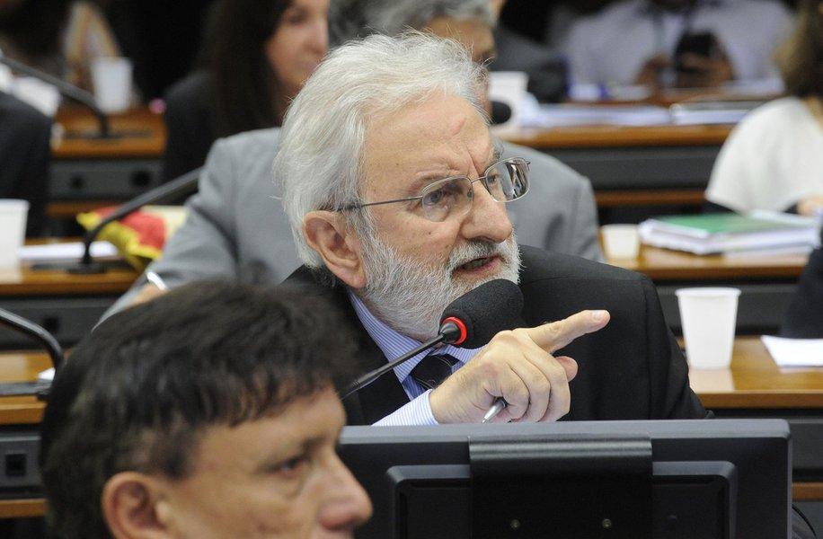 Durante sessão na Câmara que instala a comissão especial do impeachment, o líder do Psol, deputado Ivan Valente (SP), disse que impopularidade não é motivo para impeachment; o líder do PCdoB, deputado Daniel Almeida (BA), sustentou que impeachment não é solução para crise e o líder do PDT, deputado Weverton Rocha (MA), alertou para o risco de ser inaugurada uma modalidade de disputa política no Brasil, em que governos que não estão bem em popularidade sejam retirados do poder por decisões políticas