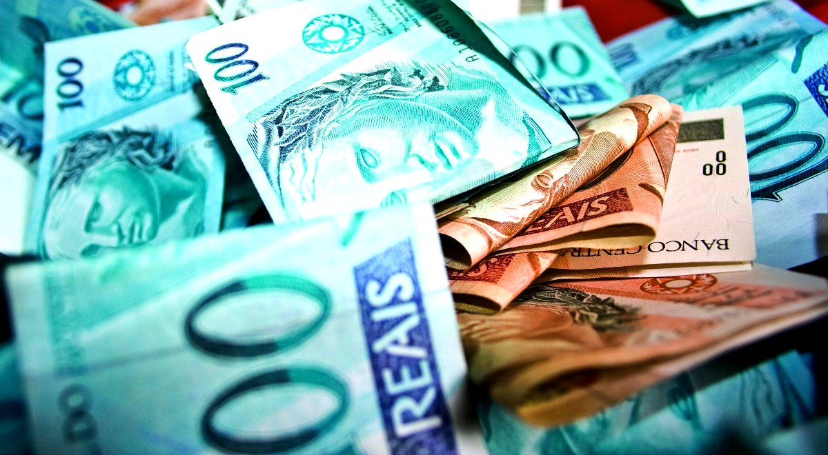 Estudo do Fundo Monetário Internacional (FMI) aponta que a renda per capita do brasileiro (avaliada pela paridade do poder de compra) caiu de US$ 16,2 mil para US$ 15,7 mil entre os anos de 2104 e 2105; valor equivale a 90% da renda per capita média dos 24 países emergentes pesquisados pela instituição e é apontado como o menor patamar desde 1980; FMI, porém, reconheceu que outros indicadores de bem-estar, como redução da pobreza e acesso à saúde e educação, melhoraram substancialmente nos últimos anos