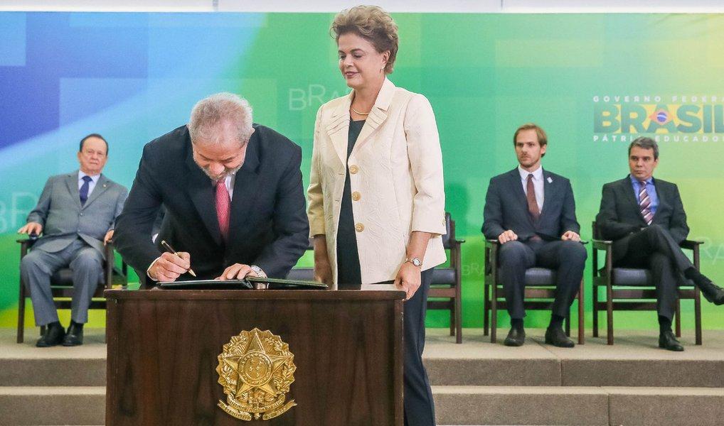 """A juíza Regina Formizano, da 6ª Vara Federal do Rio de Janeiro, concedeu liminar nesta quinta (17) que impede o ex-presidente Lula de assumir a chefia da Casa Civil; segundo a magistrada, """"ficou caracterizada tentativa de blindar Lula como ministro"""""""