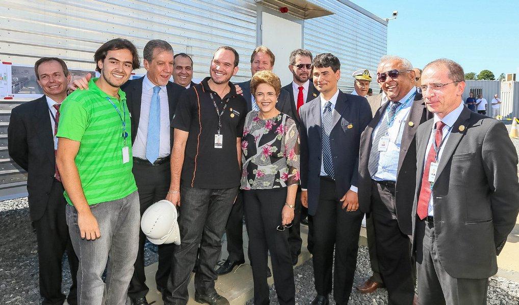 """Presidente Dilma Rousseff afirmou nesta quarta-feira 23 ter """"convicção"""" de que o governo tem os votos necessários para barrar o processo de impeachment na Câmara dos Deputados; """"A gente tem que esperar o processo acontecer. Tenho convicção que teremos os votos necessários"""", disse Dilm, durante visita a obras deinfraestrutura para operação do Satélite Geoestacionário de Defesa e Comunicações Estratégicas, em Brasília; Dilma afirmou ainda ter """"muita certeza"""" sobre a permanência de ministros do PMDB do governo, mesmo que o partido decida pelo desembarque do governo em reunião na próxima semana; """"Estamos bastante interessados na questão relativa à permanência do PMDB no governo. Tenho muita certeza que nossos ministros estão comprometidos com a sua permanência no governo"""""""