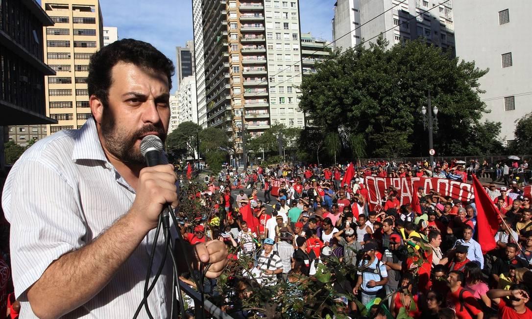 """""""O modelo de golpe orquestrado pela direita brasileira –com amplo apoio no empresariado e na mídia– é o paraguaio. Querem estabelecer para nossa democracia (já limitada) o parâmetro da ainda mais frágil democracia paraguaia"""", afirmou nesta quinta-feira, 24, o coordenador do MTST Guilherme Boulos; elealerta que o Brasil pode demorar décadas para se recuperar deste golpe e cicatrizar as feridas; """"Por isso este é um momento de resistência. Resistência pelas liberdades democráticas, pelo direito de ir às ruas com a cor que quiser para defender o que quiser. Resistência contra uma imprensa partidarizada e um Judiciário seletivo. Resistência por saber o que vem depois"""", afirmou"""