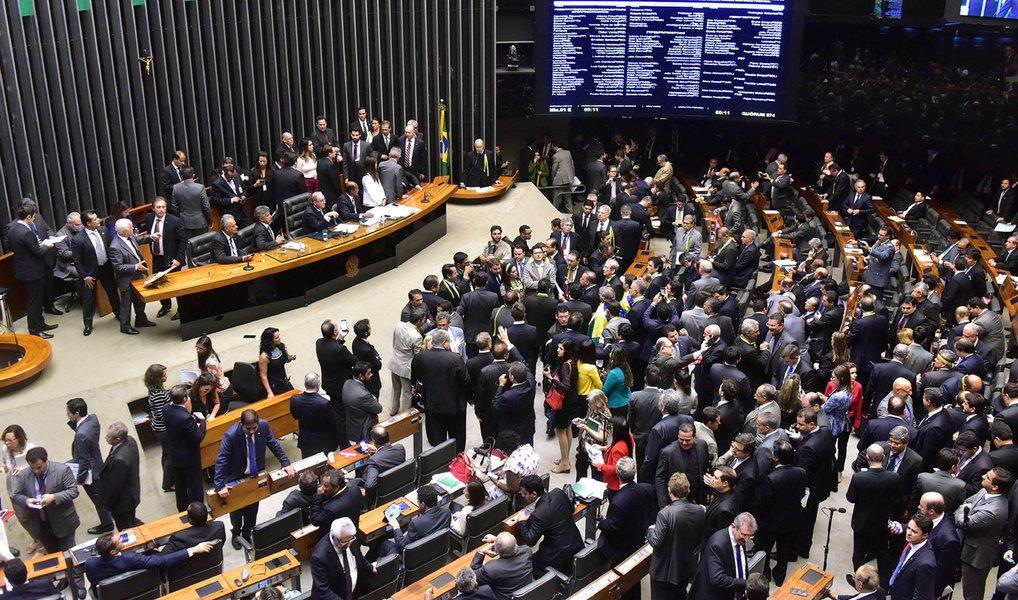 Por 433 votos a 1, a Câmara aprovou a lista com as indicações dos líderes partidários para a composição da comissão especial do pedido de impeachment da presidente Dilma Rousseff; após a aprovação da lista, o presidente da Casa, Eduardo Cunha (PMDB), convocou a comissão para se reunir, às 19 horas, para eleição do presidente e do relator do pedido; confia a lista dos integrantes da comissão; presidente e relator devem ser conhecidos ainda nesta quinta-feira