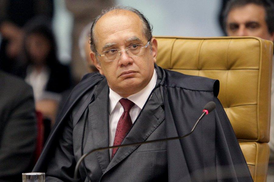 """Ministro do Supremo Tribunal Federal (STF) Gilmar Mendes ironizou os excessos apontados na condução coercitiva do ex-presidente Luiz Inácio Lula da Silva para prestar depoimento à Polícia Federal nesta sexta-feira (5); """"Antes batiam à nossa porta e a gente sabia que era o leiteiro, não a polícia. Mas, hoje, a situação está tão desgastada que a polícia tem batido em muitas portas, mas com ordem judicial, claro"""", disse; mais cedo, outro ministro do STF, Marco Aurélio Mello havia criticado duramente os excessos da operação; """"Só se conduz coercitivamente, ou, como se dizia antigamente, debaixo de vara, o cidadão de resiste e não comparece para depor. E o Lula não foi intimado"""", afirmou"""