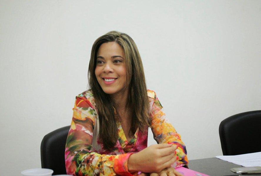 """A presidente da União dos Municípios da Bahia (UPB), Maria Quitéria, convoca os prefeitos a pressionar os deputados federais e os senadores pela derrubada do veto da presidente Dilma Rousseff que previa repasse ao Fundo de Participação dos Municípios de parte da arrecadação com a repatriação de recursos lícitos depositados por brasileiros no exterior e não declarados à Receita Federal;""""Vamos trabalhar forte para derrubar esse veto agora no início de fevereiro, porque os recursos cairiam diretamente nas contas dos municípios e estados, principalmente na complementação do piso para a educação"""", diz Quitéria"""
