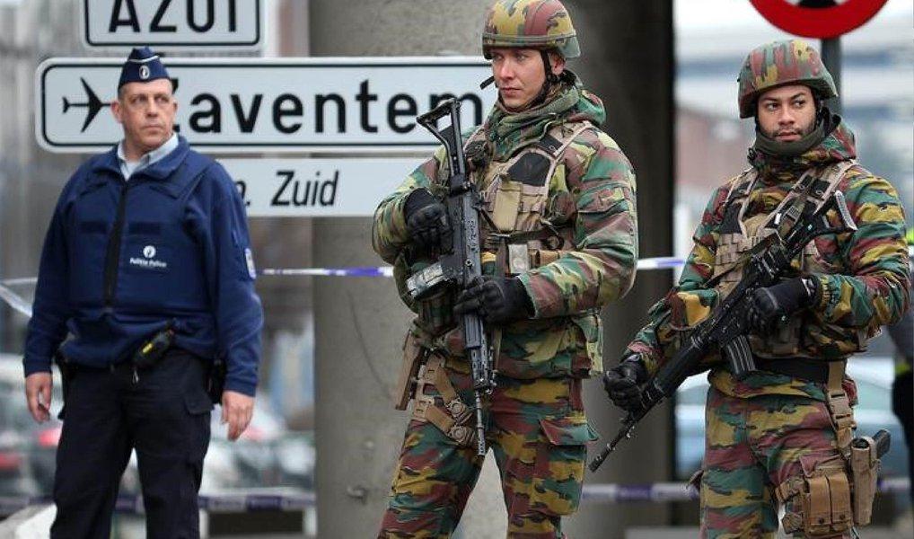 """Faycal Cheffou;apontado como o terceiro indivíduo visto em imagens de câmeras de segurança que mostravam dois possíveis homens-bomba no aeroporto de Bruxelas foi libertado nesta segunda-feira (28) por falta de evidências;Procuradoria Federal da Bélgica informou que Faycal foi liberado por nãoo possuir evidências para mantê-lo detido; ele foi acusado no sábado de """"assassinato terrorista"""""""