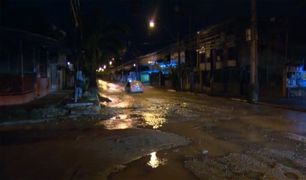 A forte chuva que atingiu São Gonçalo, na região metropolitana do Rio de Janeiro, deixou pelo menos um morto; José Cardoso, de 70 anos, morreu afogado dentro de casa, no bairro do Sacramento; segundo a prefeitura de São Gonçalo, ele já estava morto quando foi encontrado