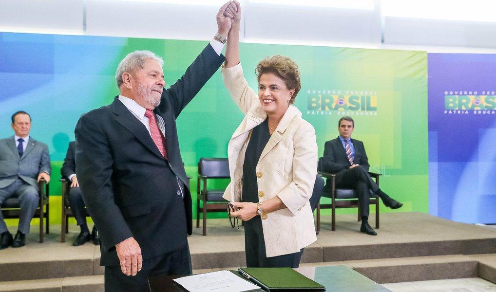 O ex-presidente Luiz Inácio Lula da Silva se reúne na noite desta segunda (21) com a presidente Dilma Rousseff para definir sua situação; em conversas, Lula admite a hipótese de renunciar ao Ministério da Casa Civil, cargo que nem sequer ocupou, para atuar como articulador informal; a definição dependerá de decisões da Justiça sobre a legitimidade de sua nomeação; o ex-presidente começará a atuar informalmente na articulação política