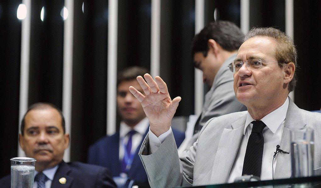 """Sem citar diretamente o juiz Sérgio Moro, contra quem a bancada petista apresentou uma petição disciplinar no CNJ, o presidente do Congresso Nacional, Renan Calheiros (PMDB-AL), afirmou nesta quarta-feira 23 que """"o país está aguardando as providências do Conselho Nacional de Justiça contra eventuais excessos que possa ter havido no Judiciário, se é que houve excessos""""; Renan ressaltou que """"não cabe ao Senado"""" dizer se houve; """"A palavra está com o CNJ"""", acrescentou"""