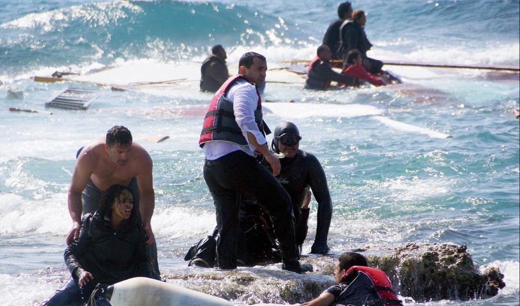 Ao menos 43 imigrantes, incluindo 17 crianças, morreram afogados nesta sexta-feira quando os barcos em que estavam naufragaram perto de duas ilhas gregas; de acordo com depoimentos de sobreviventes, dezenas de pessoas estavam a bordo de um veleiro de madeira que afundou em Kalymnos, uma pequena ilha no mar Egeu perto da costa da Turquia, disse um oficial da guarda costeira; guarda costeira resgatou 26 pessoas e recuperou os corpos de 35 imigrantes em um dos piores incidentes em meses