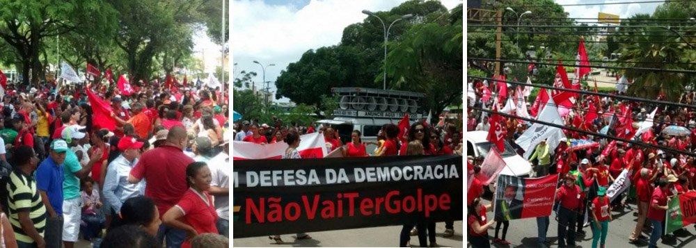"""Líderes de vários movimentos sociais fizeram um grande manifesto, na manhã desta sexta-feira (18), na Praça Centenário, no Farol, de onde partiram em caminhada até o Centro de Maceió; o objetivo é mostrar à população que não haverá nenhum golpe; """"Nossa manifestação é para que o voto popular, adquirido em um ato democrático, seja respeitado.Estamos aqui em defesa da democracia, reafirmando que não haverá golpe"""" disse Élida Miranda, do Movimento Força Brasil Popular"""