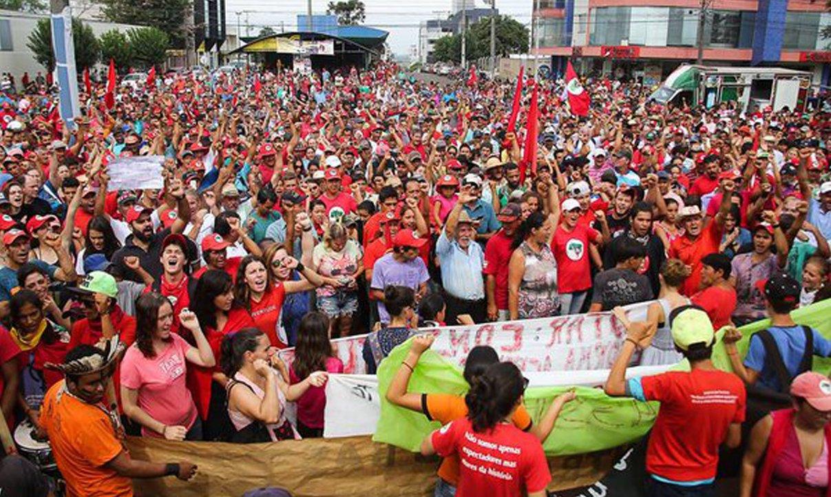 O Movimento dos Trabalhadores Rurais Sem Terra (MST) promoveu neste sábado um ato em Quedas do Iguaçu, no oeste do Paraná, para protestar pelas mortes de dois integrantes do movimento em um confronto com a PM, na quinta-feira (7); ato começou por volta das 10h da manhã, e se estendeu até as 14h; além de cobrar a punição dos responsáveis pelas mortes, os manifestantes pediram o fim da violência policial contra militantes do MST