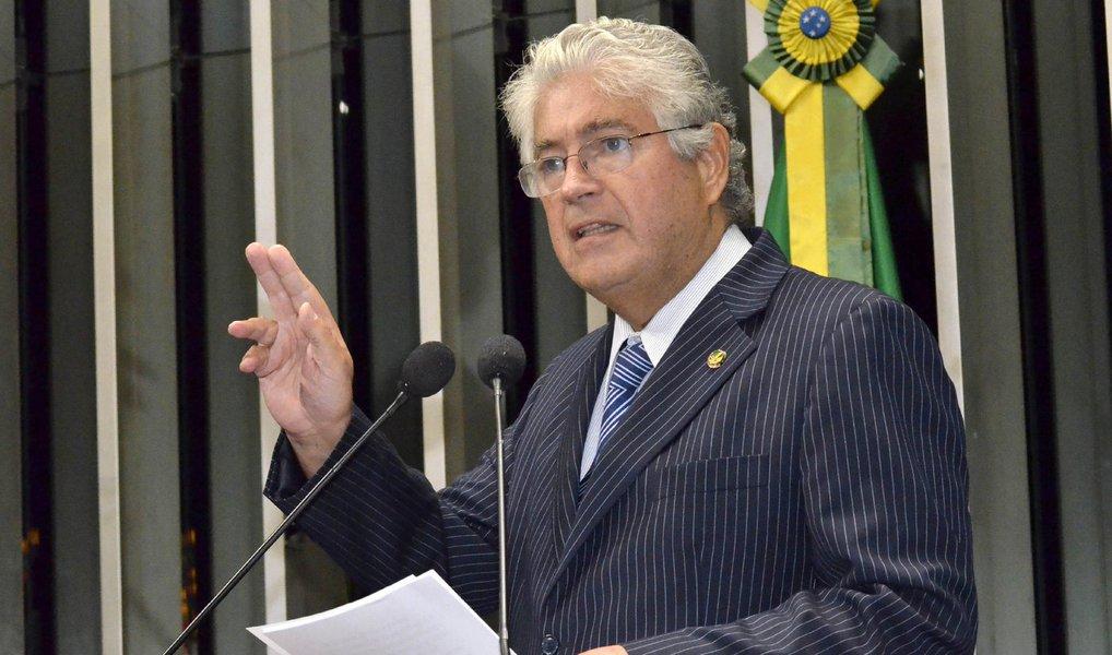"""Um dos principais nomes do PMDB aliados da presidente Dilma, o senador Roberto Requião (PR) criticou, no Twitter, o documento """"A Ponte para o Futuro"""" um dia antes de a Executiva Nacional da sigla peemedebista decidir se continua ou não na base aliada da petista; o parlamentar afirmou que """"grave não é o PMDB sair ou não da base do governo"""", mas sim o documento; segundo ele, """"a política econômica do governo é horrível, mas a """"Ponte para o Futuro"""" provocaria uma crise social sem precedentes na historia do Brasil""""; """"Ponte para o Futuro, redigido por aloprados, fora do PMDB, é a negação de toda a nossa historia"""""""
