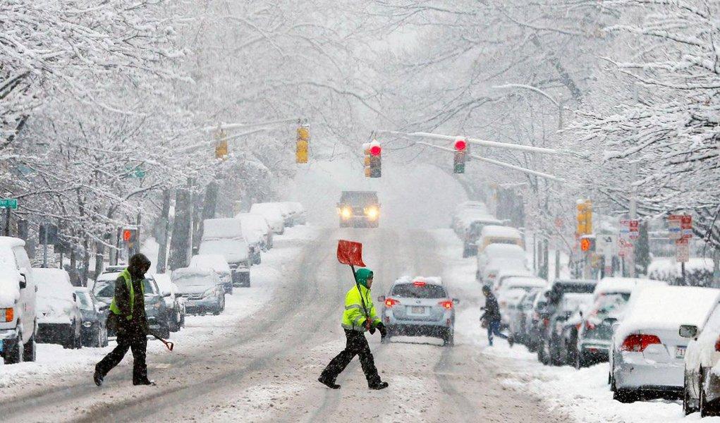 Ventos fortes e queda recorde de neve paralisou dez estados da costa leste e deixou de pessoas imobilizadas nas estradas durante horas; tempestade surpreendeu a cidade de Nova York, que paralisou a circulação de carros até o início deste domingo (24); na Ilha de Manhattan, os túneis e pontes foram fechados e todos os espetáculos da Broadway foram cancelados