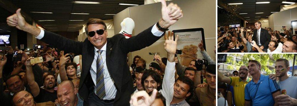 """""""Os rapazes idolatramo jeito de ele falar, a boca torta num esgar que fica mais estranhoquando ele está nervoso, o jeito de ele andar, o jeito dele ser. Bolsonaro gosta de ficar entre esses machos e os machos gostam de estar com Bolsonaro"""", diz o jornalista Kiko Nogueira, diretor-adjunto do DCM; """"Bolsonaro exerce um intenso apelo homoerótico sobre seu eleitorado. É o fascínio homossexual do fascismo, disfarçado sob a homofobia"""""""