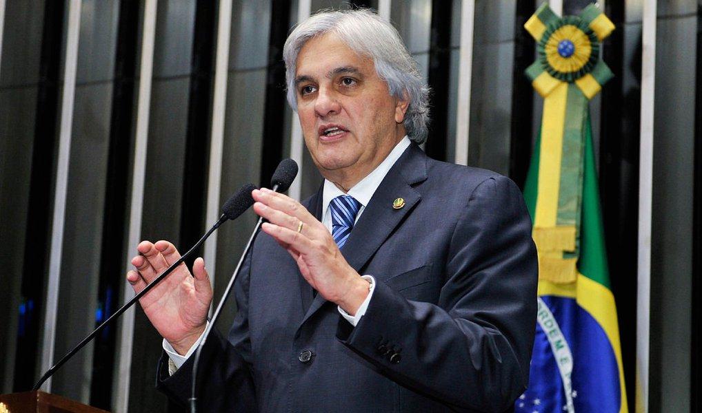 """""""As empreiteirasatuam ecumenicamente quando o a assunto é eleição. A Odebrecht e a OAS são mais petistas, o que nunca as impediu de, evidentemente, apoiar candidaturas de outros partidos. A Andrade Gutierrez é mais 'tucana', o que não a impede de apoiar outros partidos. Não é por mera coincidência que estão juntas, entre outros projetos, na Usina Hidrelétrica de Belo Monte"""", afirmou Delcídio aos investigadores"""