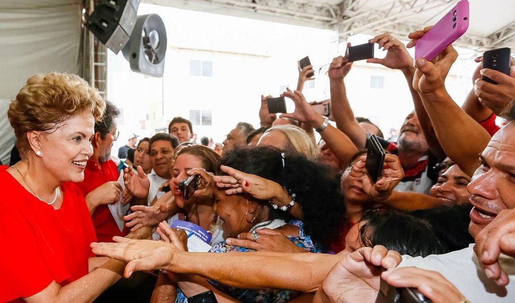 """""""Isso que estamos vivendo é um episódio inédito na política brasileira. Não é impeachment, porque não há crime de responsabilidade. Por isso acho mais conveniente denominá-lo 'campanha deseleitoral'. Trata-se não de eleger, mas de 'deseleger' a presidente da República"""", diz o colunista Alex Solnik; """"A batalha só não está perdida porque, por enquanto, os tais 'movimentos de rua' mobilizaram somente a 'elite branca'. A maioria da população ainda não percebeu que será a principal prejudicada caso a presidente seja 'deseleita', anestesiada pelas novelas e pelo futebol, por isso continua em casa, sem entender o que está acontecendo"""""""