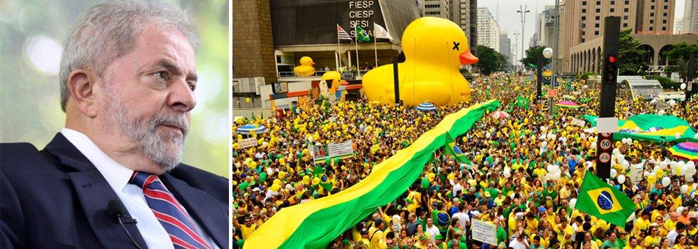 """""""A manifestações deste domingo vão fortalecer a grande coalizão conservadora para derrubar a presidente Dilma e encerrar o ciclo de governos petistas com perspectiva popular. A oposição voltará ao Congresso esta semana com a faca nos dentes, disposta a passar sobre tudo e todos, inclusive sobre a Constituição, para 'atender ao clamor popular'"""", avisa a colunista Tereza Cruvinel; """"Segmentos do PT e apoiadores do governo retomam a avaliação de que só Lula, com seu prestígio, popularidade e trânsito entre os partidos ainda aliados, poderia reverter a marcha do impeachment, reforçada pelos grandes protestos"""", complementa; leia a íntegra"""