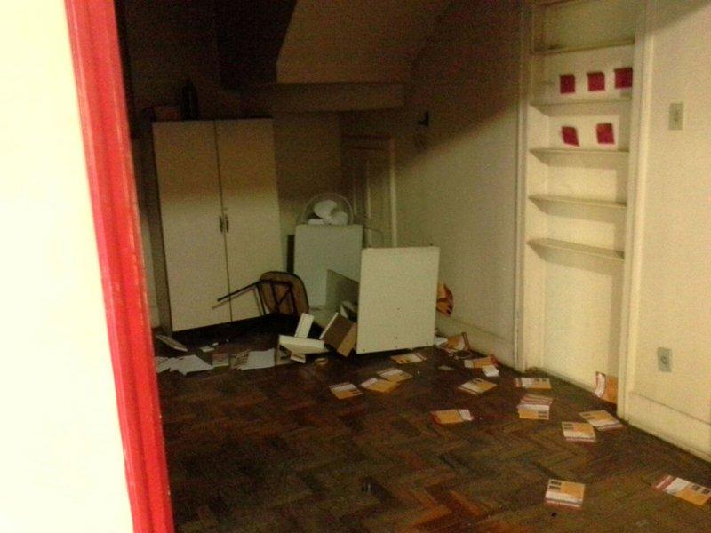 """O diretório do PT em Belo Horizonte (MG) também teve um computador e um telefone danificados na madrugada deste sábado (19); segundo o partido, é a terceira vez que o local é alvo de ações de vandalismo – os outros foram na sexta-feira (18), quando uma tinta azul foi jogada na parede, e em 5 de março, quando tinta, farinha e ovos foram atirados no imóvel; de acordo coma Secretaria de Comunicação do PT-MG, """"esses atentados terroristas são inaceitáveis""""; """"Não vamos permitir que cenas como as que vimos durante o período negro da história recente do País, sejam repetidos"""""""