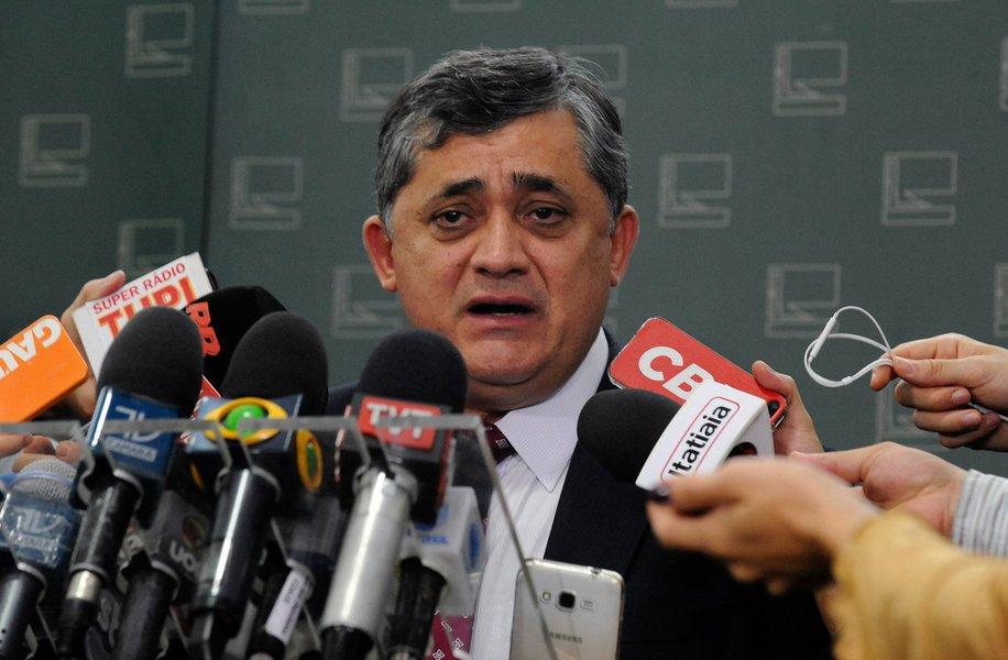 """Líder do governo na Câmara, José Guimarães (PT-CE), diz que """"já foi dito tanta coisa sobre delação"""" que """"se vier mais não atrapalha em nada nossa determinação de derrotar 'esse morto vivo' que é o impeachment"""". O deputado disse que ainda não leu o conteúdo da delação do senador Delcídio Amaral (PT-MS), homologada hoje (15), e que o Planalto irá se manifestar """"na hora certa"""" sobre o caso"""